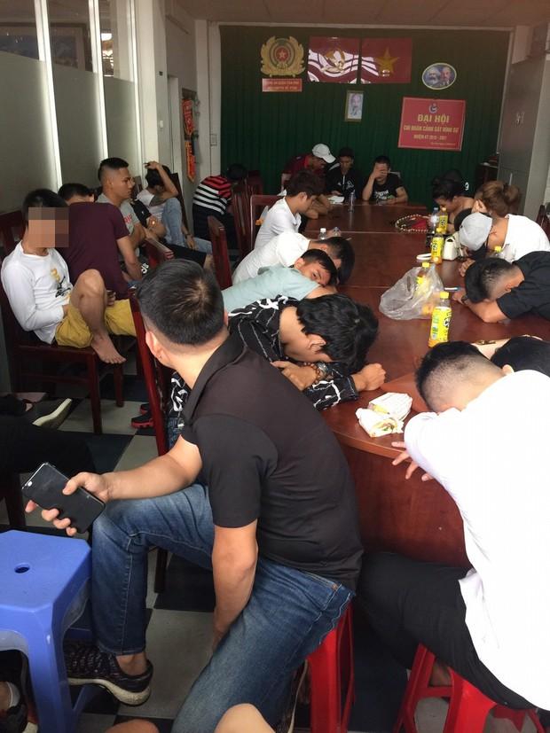 Đột kích quán bar ở Sài Gòn, hàng trăm dân chơi tháo chạy tán loạn - Ảnh 2.
