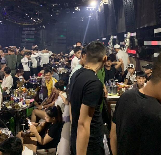 Đột kích quán bar ở Sài Gòn, hàng trăm dân chơi tháo chạy tán loạn - Ảnh 1.
