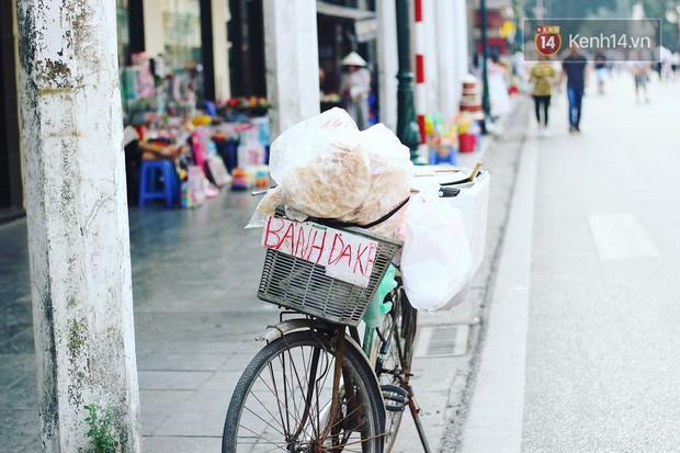 Giữa lòng Hà Nội vẫn còn những chiếc xe đạp cà tàng bán thứ bánh tuổi thơ của biết bao đứa trẻ ngày xưa, liệu thế hệ bây giờ mấy ai đã thử? - Ảnh 4.