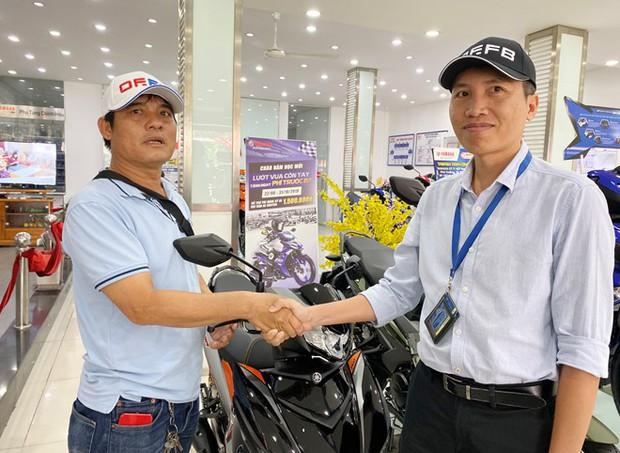Sau 1 ngày bàn giao lại xe máy, hiệp sĩ Nguyễn Thanh Hải được tặng xe mới trị giá 50 triệu đồng - Ảnh 2.