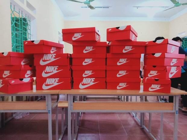 20/10 tặng mỗi bạn nữ trong lớp một đôi giày Nike nhưng món quà bên trong chiếc hộp mới thực sự bất ngờ, lớp học chất chơi nhất đây rồi - Ảnh 2.