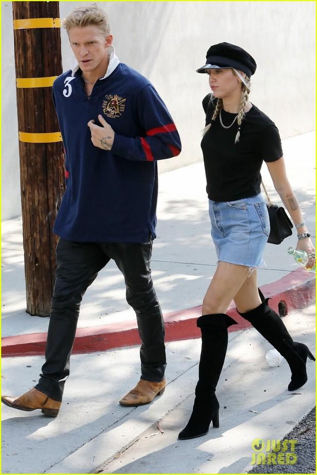 Hẹn hò tình trẻ kém 5 tuổi, Miley Cyrus gây sốt với visual lên hương, đôi chân dài tít tắp chiếm spotlight - Ảnh 1.