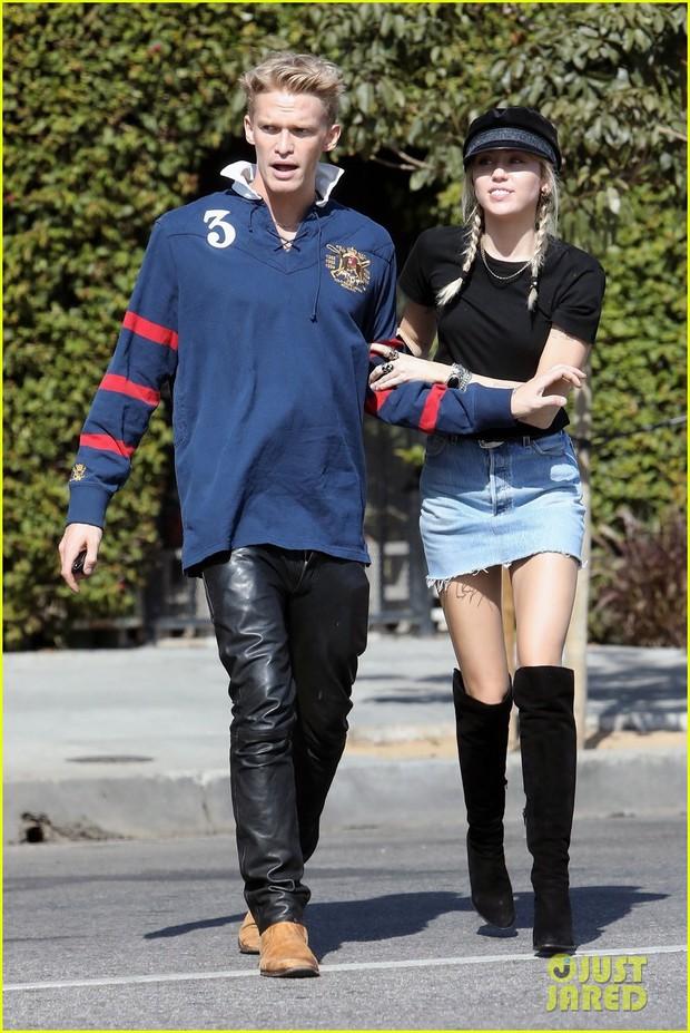 Hẹn hò tình trẻ kém 5 tuổi, Miley Cyrus gây sốt với visual lên hương, đôi chân dài tít tắp chiếm spotlight - Ảnh 2.