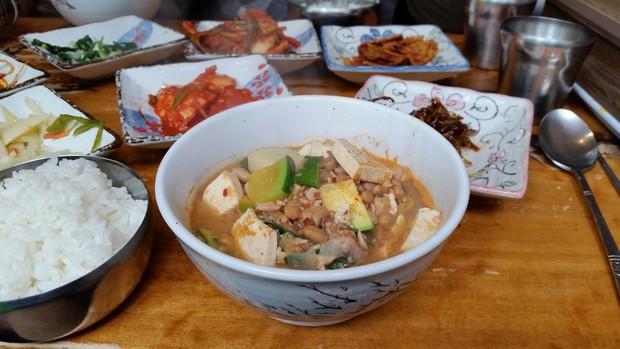"""""""Súp xác thối"""" Hàn Quốc: nghe có vẻ khó ăn nhưng lại là đặc sản nổi tiếng của xứ sở kim chi - Ảnh 2."""
