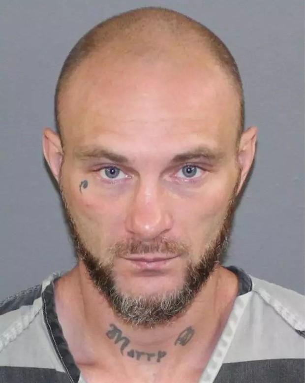 Giấu đầu hở đuôi, thanh niên bị bắt vì khai báo tên giả cho cảnh sát trong khi tên thật lù lù ngay trên cổ - Ảnh 1.