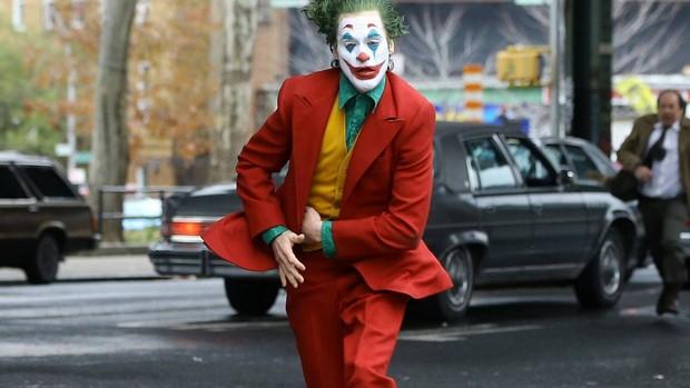 Review Joker: Tuyệt tác điện ảnh phi thường đến mức đẫm máu của Gã Hề! - Ảnh 5.