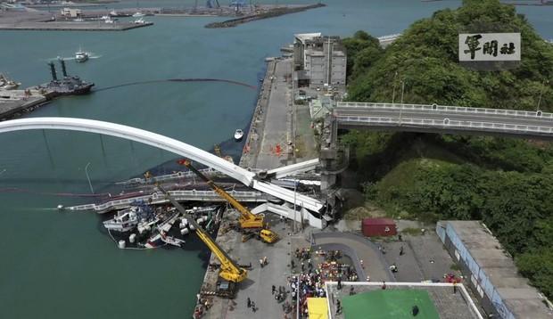 Khoảnh khắc kinh hoàng khi cây cầu dài 140m ở Đài Loan sụp đổ trong tíc tắc, khiến hàng chục người bị thương và mất tích - Ảnh 8.