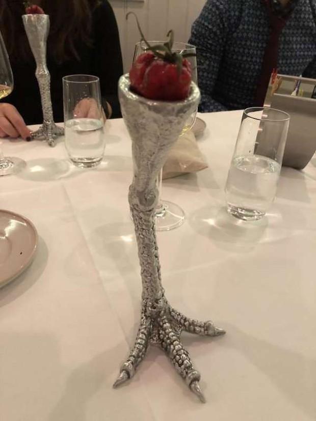 """Những pha trình bày món ăn như… muốn đuổi khách đi của các nhà hàng """"dị"""" nhất thế giới, cẩn thận xem xong """"nghẹn""""! - Ảnh 27."""