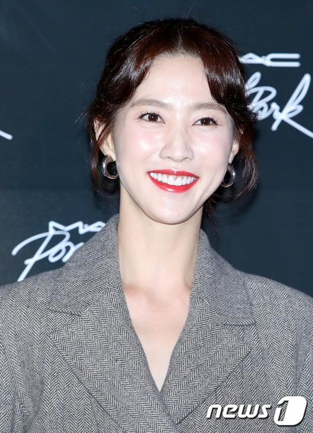 Nữ idol xấu nhất lịch sử Kpop lột xác quá đỉnh, nhưng màn hù dọa với mặt trắng bệch của dàn sao Hàn mới gây sốc - Ảnh 16.