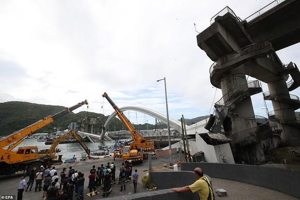 Khoảnh khắc kinh hoàng khi cây cầu dài 140m ở Đài Loan sụp đổ trong tíc tắc, khiến hàng chục người bị thương và mất tích - Ảnh 6.