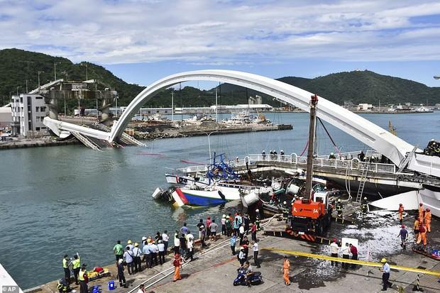 Khoảnh khắc kinh hoàng khi cây cầu dài 140m ở Đài Loan sụp đổ trong tíc tắc, khiến hàng chục người bị thương và mất tích - Ảnh 4.