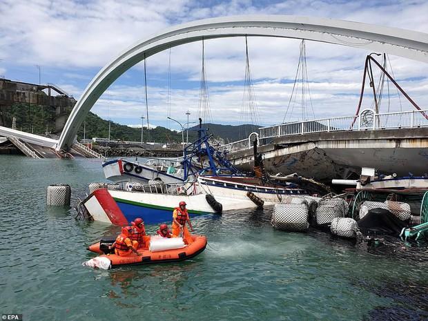 Khoảnh khắc kinh hoàng khi cây cầu dài 140m ở Đài Loan sụp đổ trong tíc tắc, khiến hàng chục người bị thương và mất tích - Ảnh 3.