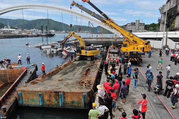 Khoảnh khắc kinh hoàng khi cây cầu dài 140m ở Đài Loan sụp đổ trong tíc tắc, khiến hàng chục người bị thương và mất tích - Ảnh 7.