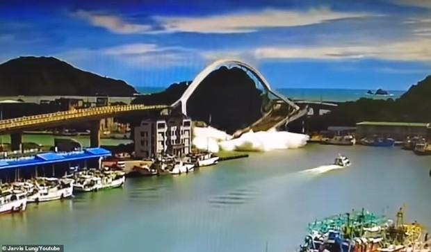 Khoảnh khắc kinh hoàng khi cây cầu dài 140m ở Đài Loan sụp đổ trong tíc tắc, khiến hàng chục người bị thương và mất tích - Ảnh 2.