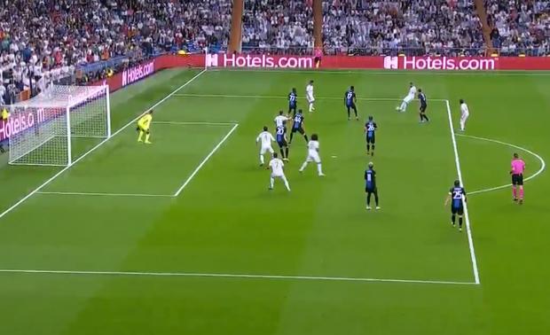 Courtois để thủng lưới hài hước, VAR cứu Real Madrid thoát khỏi trận thua nhục nhã trên sân nhà - Ảnh 7.
