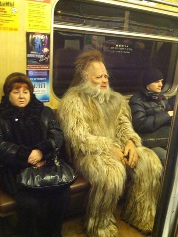 Loạt khoảnh khắc từ khó đỡ đến siêu hài hước mà bạn chỉ có thể nhìn thấy trên các phương tiện công cộng - Ảnh 18.