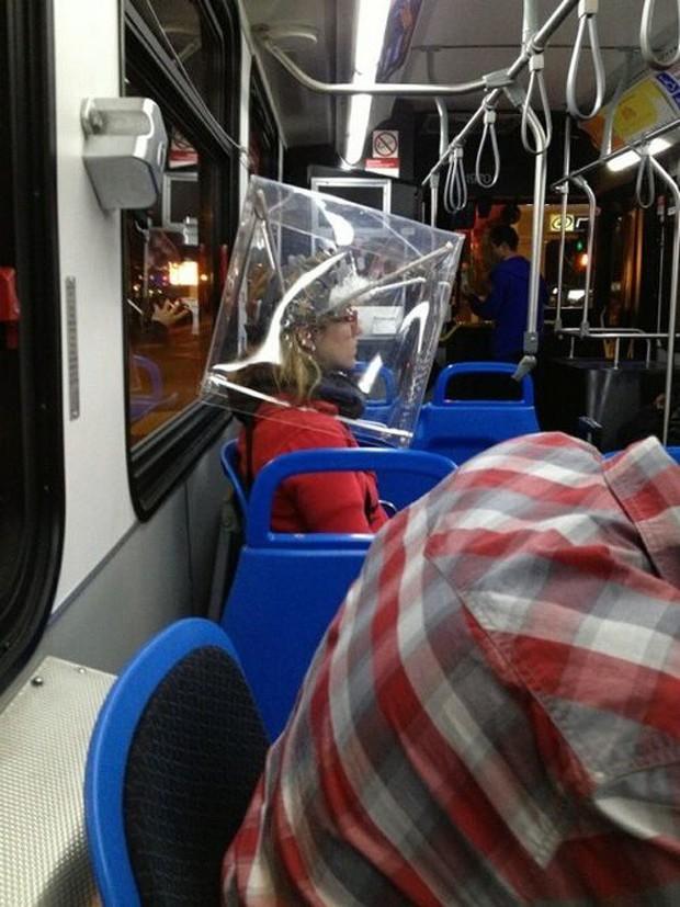 Loạt khoảnh khắc từ khó đỡ đến siêu hài hước mà bạn chỉ có thể nhìn thấy trên các phương tiện công cộng - Ảnh 16.
