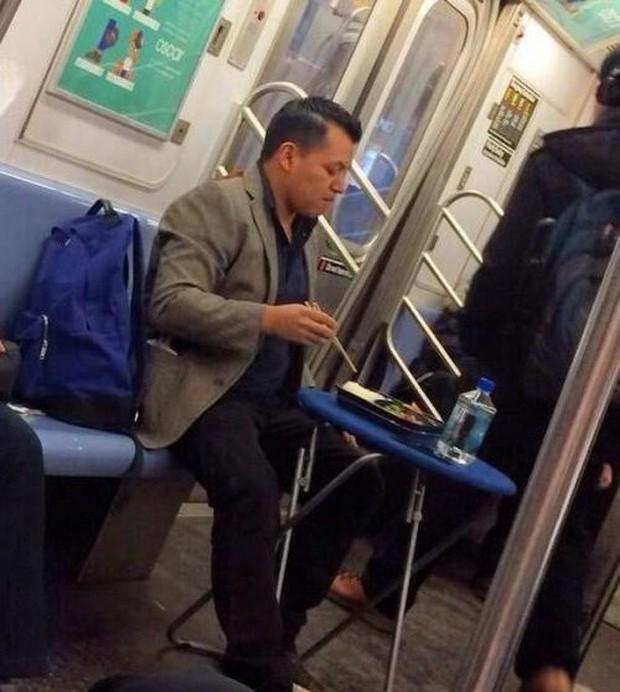 Loạt khoảnh khắc từ khó đỡ đến siêu hài hước mà bạn chỉ có thể nhìn thấy trên các phương tiện công cộng - Ảnh 14.
