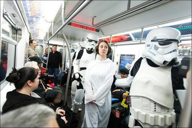 Loạt khoảnh khắc từ khó đỡ đến siêu hài hước mà bạn chỉ có thể nhìn thấy trên các phương tiện công cộng - Ảnh 24.