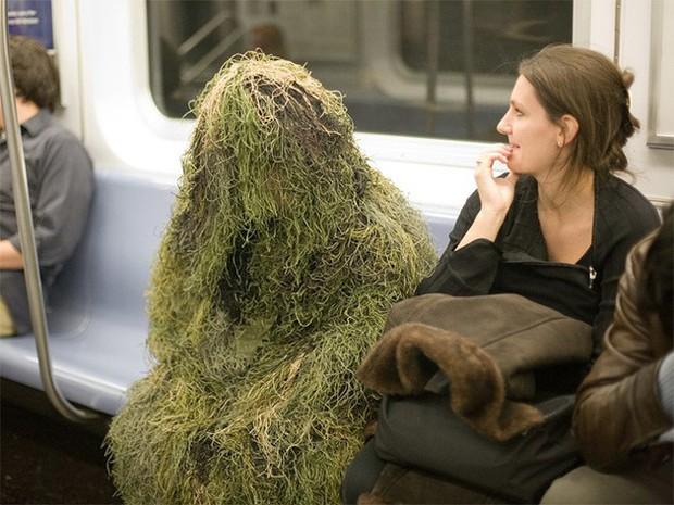 Loạt khoảnh khắc từ khó đỡ đến siêu hài hước mà bạn chỉ có thể nhìn thấy trên các phương tiện công cộng - Ảnh 10.