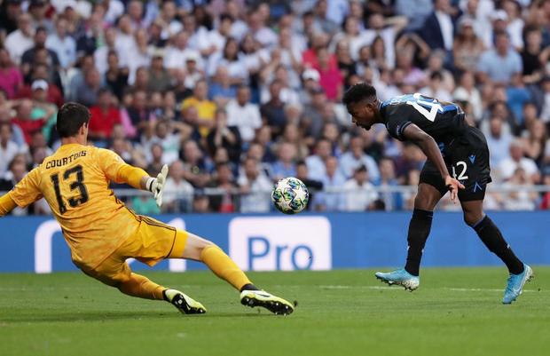 Courtois để thủng lưới hài hước, VAR cứu Real Madrid thoát khỏi trận thua nhục nhã trên sân nhà - Ảnh 5.