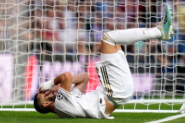 Courtois để thủng lưới hài hước, VAR cứu Real Madrid thoát khỏi trận thua nhục nhã trên sân nhà - Ảnh 4.