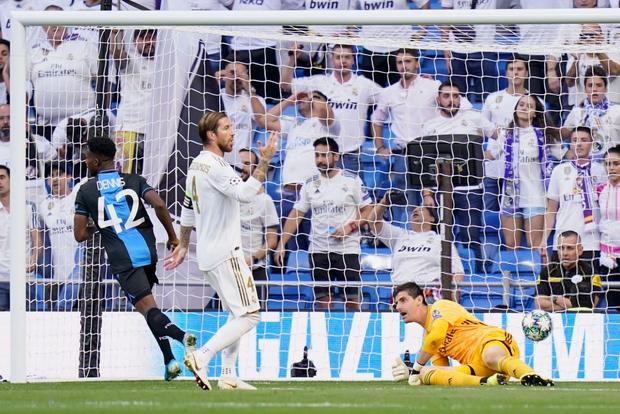 Thủ thành từng chấp nhận mang tiếng làm phản để gia nhập Real Madrid tiếp tục phong độ tệ hại, bị HLV thay ra sau chỉ 45 phút có mặt trên sân - Ảnh 1.