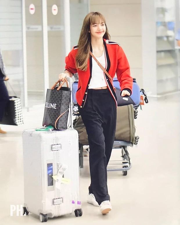 Hãy gọi Lisa (BLACKPINK) là nữ hoàng sân bay: 2 ngày liên tiếp gây sốt với sắc vóc đỉnh cao, đặc biệt vòng eo khó tin - Ảnh 1.