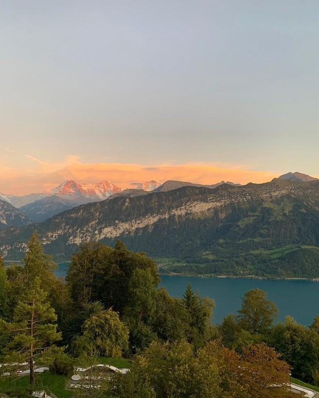 """Sốc: Kỳ Duyên và Minh Triệu cởi áo khoe bikini trên đỉnh núi Thuỵ Sĩ lạnh âm độ C, tự """"trừng phạt"""" mình vì… ăn quá nhiều - Ảnh 7."""