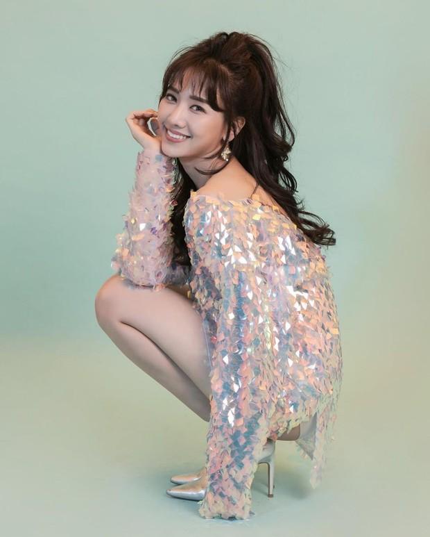 Diện cùng 1 kiểu váy ngắn cũn: Hari Won, Bích Phương và H'Hen Niê khoe đôi chân cực phẩm khó phân định thắng thua - Ảnh 3.