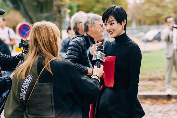 Cô em trendy Khánh Linh kể chuyện 3 mùa Fashion Week đều có người yêu đi theo chăm chút, ngôn tình ngập cả trời Tây rồi! - Ảnh 1.