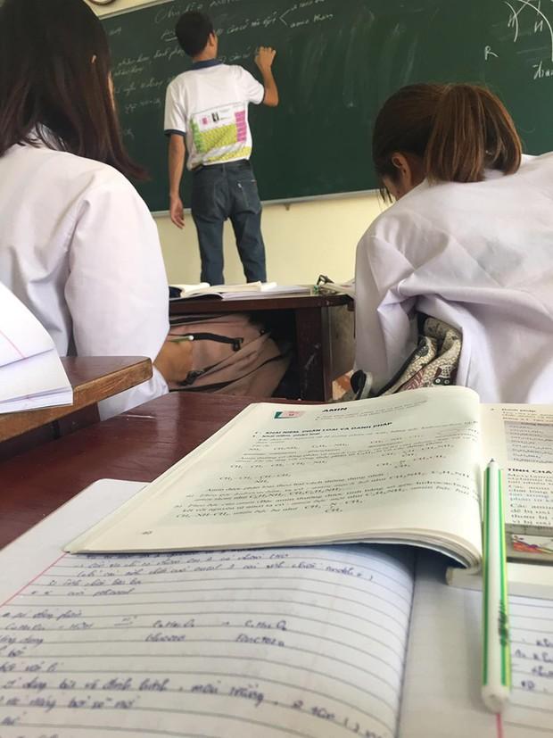 Thầy giáo dạy Hóa bất ngờ trở thành thầy giáo quốc dân vì đi dạy mang áo in bảng tuần hoàn hoá học cho học sinh khỏi quên - Ảnh 1.