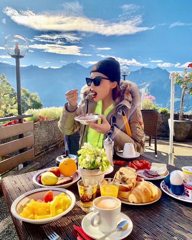 """Sốc: Kỳ Duyên và Minh Triệu cởi áo khoe bikini trên đỉnh núi Thuỵ Sĩ lạnh âm độ C, tự """"trừng phạt"""" mình vì… ăn quá nhiều - Ảnh 5."""