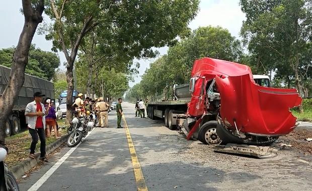 TP.HCM: Cuộn thép hàng chục tấn bị đứt xích lăn đè bẹp dúm xe đầu kéo, 2 người thương vong - Ảnh 3.