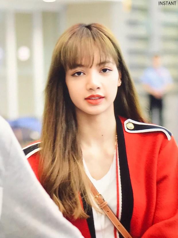 Hãy gọi Lisa (BLACKPINK) là nữ hoàng sân bay: 2 ngày liên tiếp gây sốt với sắc vóc đỉnh cao, đặc biệt vòng eo khó tin - Ảnh 4.