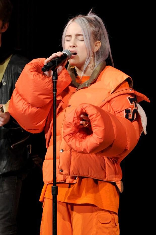 """Sở hữu thân hình đốt mắt nhưng Billie Eilish luôn ăn mặc """"kín cổng cao tường"""" mỗi khi bước lên sân khấu, nguyên nhân vì sao? - Ảnh 3."""