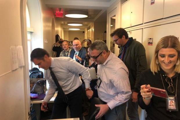 Chuột rơi xuống từ trần Nhà Trắng, trúng đùi phóng viên - Ảnh 1.