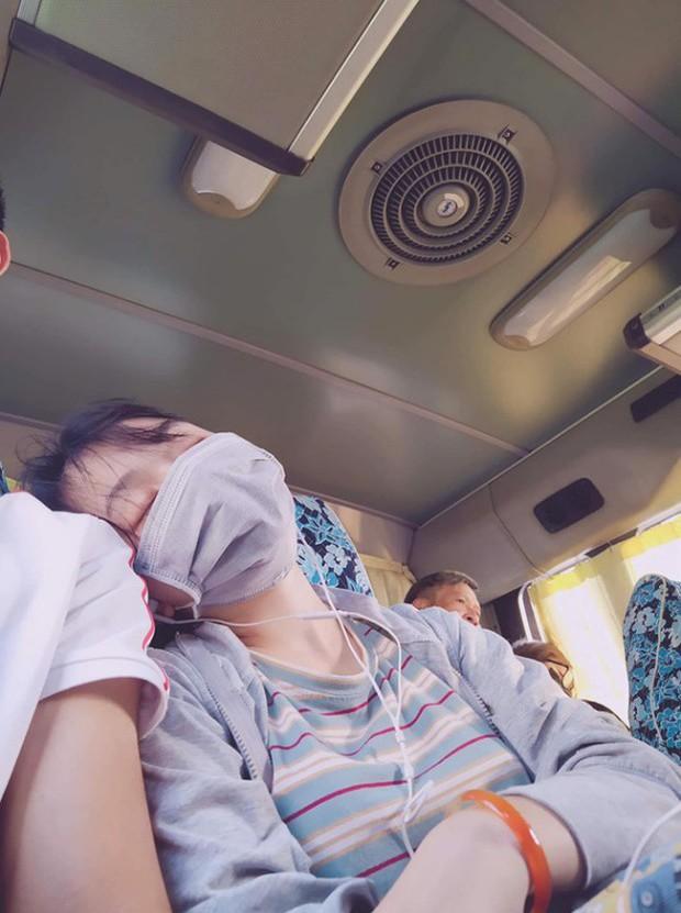Thanh niên mạnh dạn đăng ảnh tìm người tựa vai mình ngủ gật trên xe, chị em gạt hết sĩ diện lao vào nhận vơ - Ảnh 1.