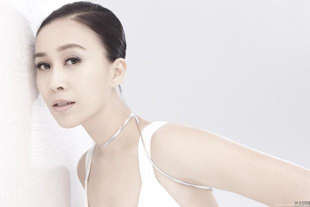 Nữ ca sĩ nổi tiếng Trung Quốc gây tranh cãi khi tung cước đá cô gái trẻ ngã dúi đầu vì tội quay lén - Ảnh 2.