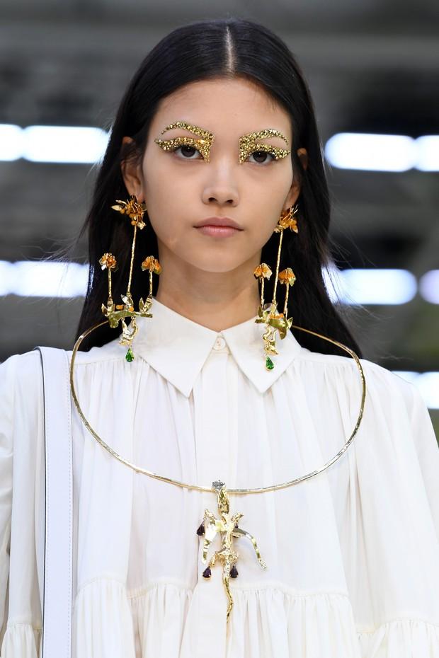 Paris Fashion Week tràn ngập những xu hướng beauty đẹp rụng rời, không ngắm quả là phí của giời - Ảnh 1.