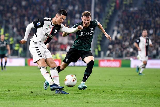 Video: Ronaldo độc diễn ghi bàn thứ 701 trong ngày nhận quà độc - Ảnh 4.