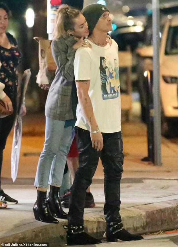 Miley Cyrus lần đầu công khai khoá môi Cody Simpson trước bàn dân thiên hạ, dính tình trẻ như hình với bóng - Ảnh 2.