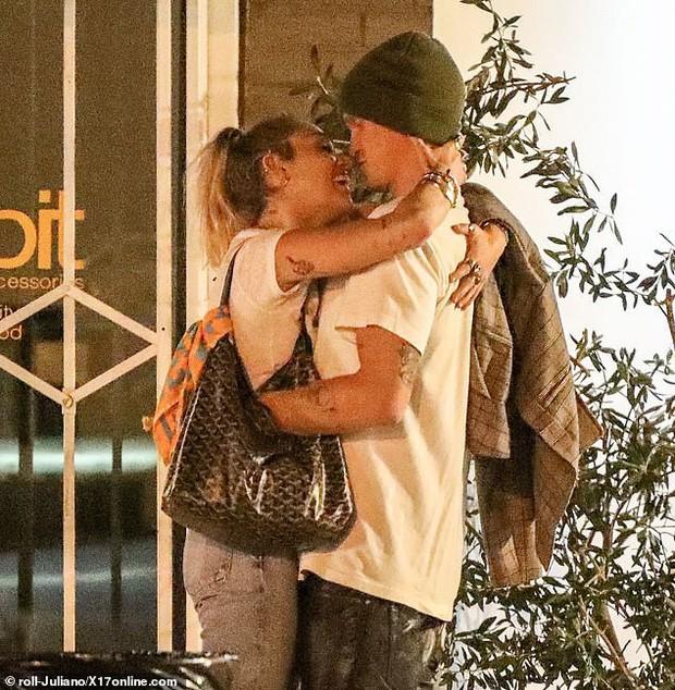 Miley Cyrus lần đầu công khai khoá môi Cody Simpson trước bàn dân thiên hạ, dính tình trẻ như hình với bóng - Ảnh 4.