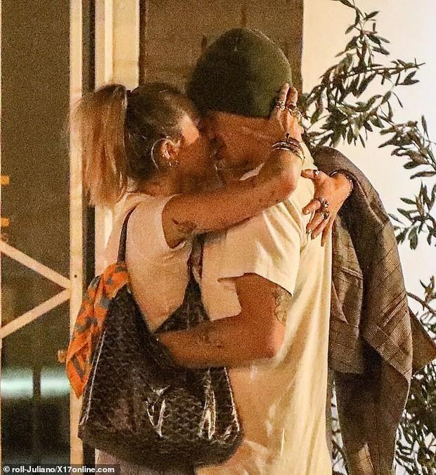 Miley Cyrus lần đầu công khai khoá môi Cody Simpson trước bàn dân thiên hạ, dính tình trẻ như hình với bóng - Ảnh 5.