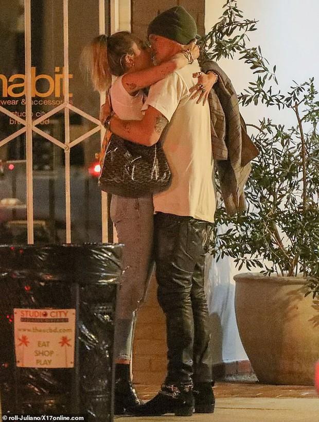 Miley Cyrus lần đầu công khai khoá môi Cody Simpson trước bàn dân thiên hạ, dính tình trẻ như hình với bóng - Ảnh 6.