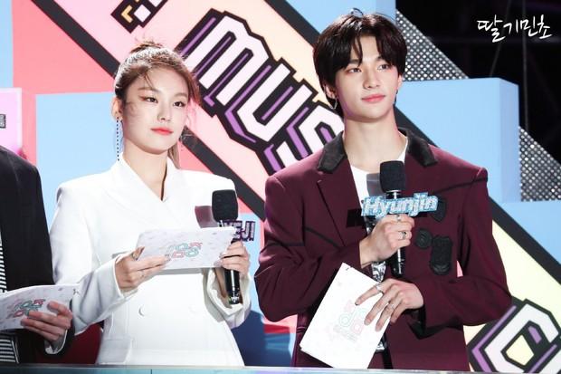 Idol gạo cội Sunmi và dàn tân binh AB6IX, ATEEZ, ITZY đổ bộ lễ hội châu Á, gây chú ý hơn cả là 2 MC nhà JYP với đôi mắt mèo đặc trưng - Ảnh 5.