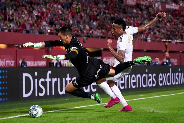 Thua sốc đội bóng trong nhóm cầm đèn đỏ, Real Madrid đánh mất ngôi đầu La Liga vào tay đại kình địch Barcelona - Ảnh 6.