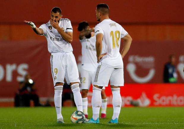 Thua sốc đội bóng trong nhóm cầm đèn đỏ, Real Madrid đánh mất ngôi đầu La Liga vào tay đại kình địch Barcelona - Ảnh 3.