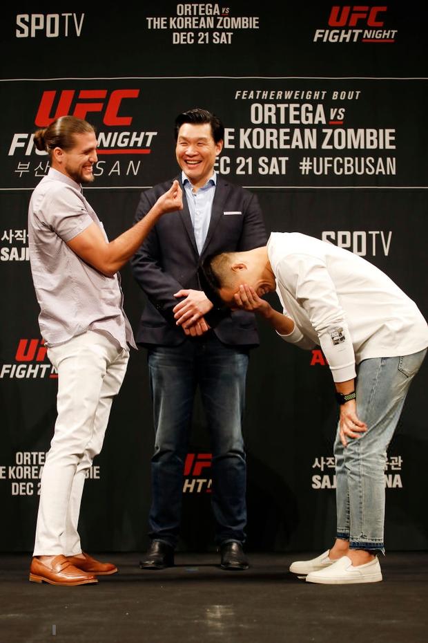 Đôi bên đang đằng đằng sát khí, anh chàng võ sĩ lại có hành động cực bất ngờ này khiến đối thủ phải che mặt cười trong thẹn thùng - Ảnh 2.