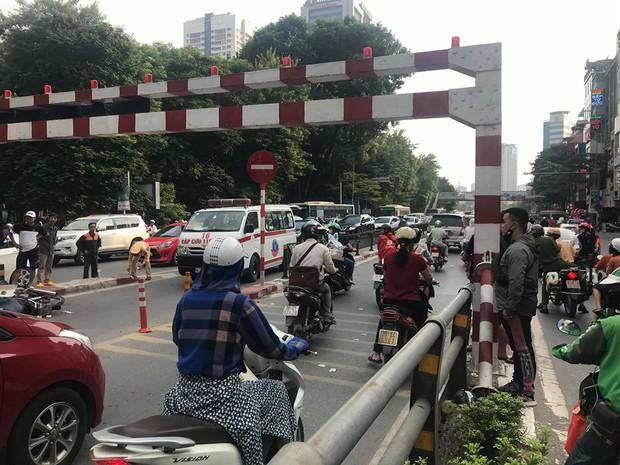 Hà Nội: Người đàn ông đi xe máy đâm vào lan can cầu vượt Thái Hà, tử vong tại chỗ - Ảnh 1.